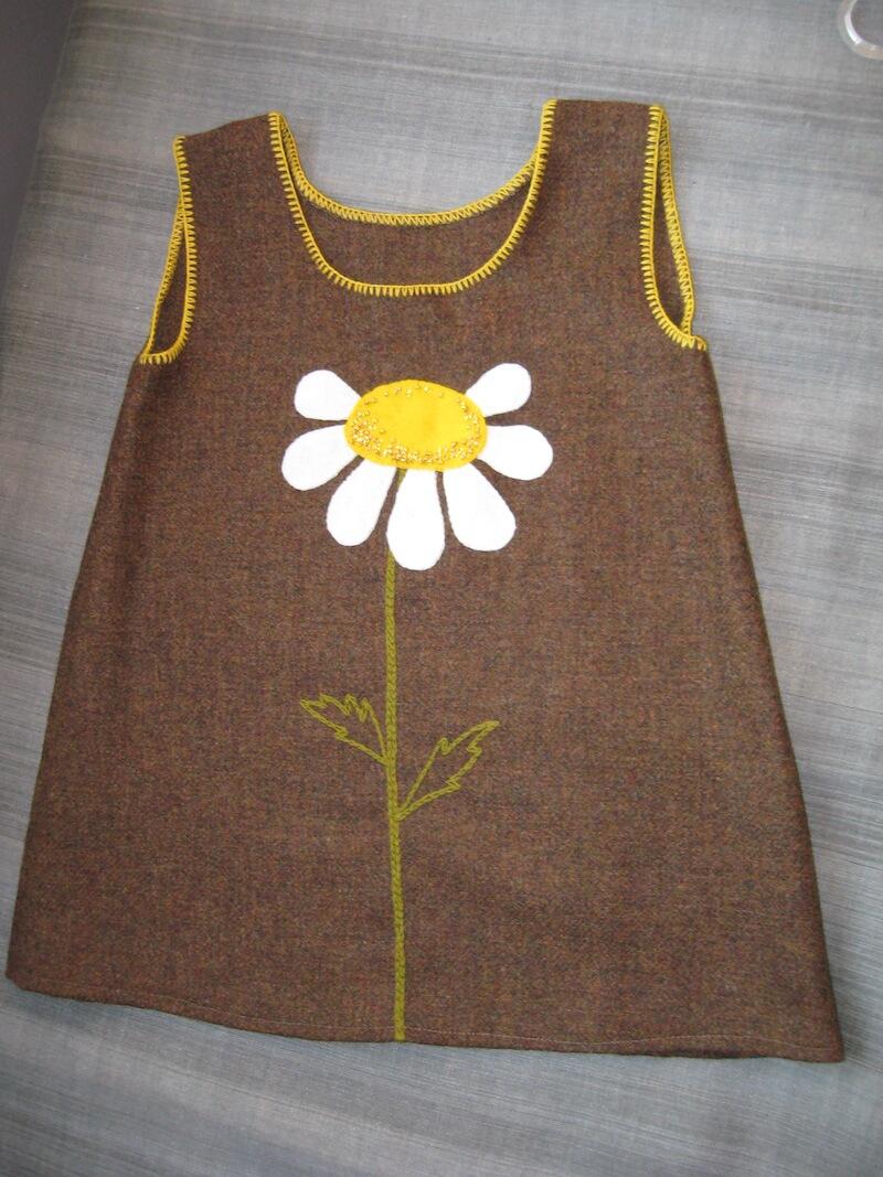 Villasest kangast aplikatsiooniga kleit